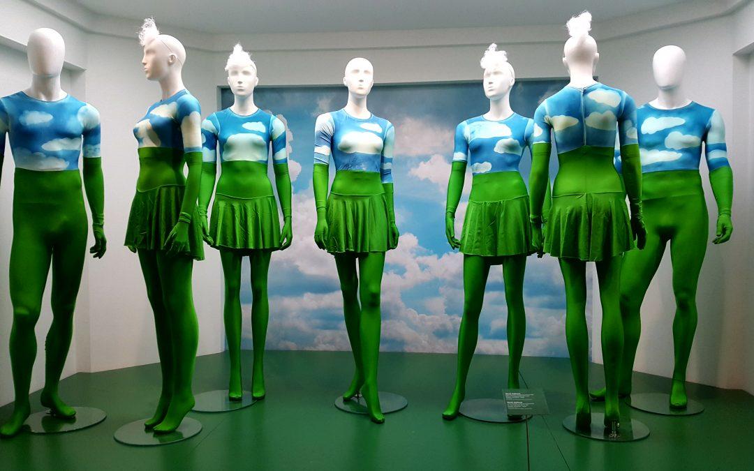 etalagepoppen in groen, blauwe, witte kleding